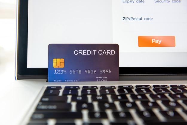 Carte de crédit sur ordinateur portable représentant un paiement en ligne Photo Premium