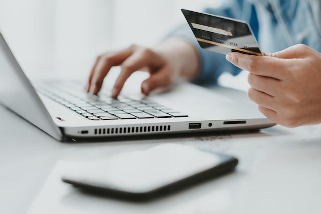 Carte de crédit pour les achats en ligne et le paiement en ligne Photo Premium