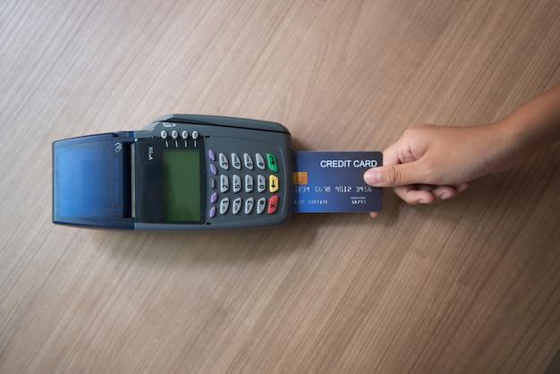 Carte de crédit, utilisation de la carte de crédit, paiement par carte de crédit Photo Premium