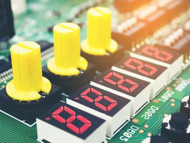 Carte électronique de haute technologie (circuit imprimé) avec technologie de processeur à puce Photo Premium