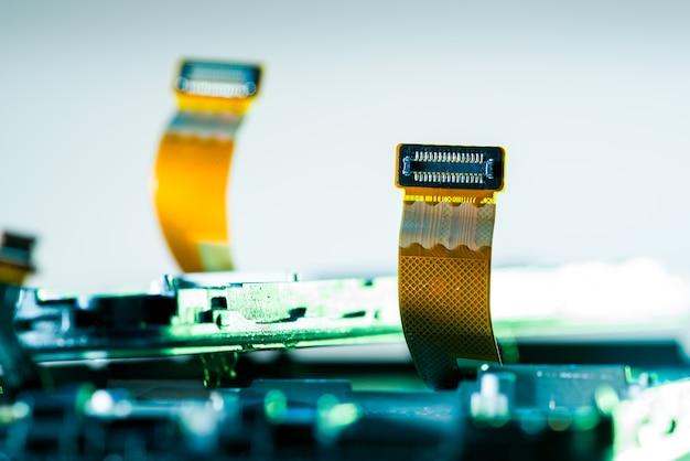 Carte flex flexible pour smartphone sur la table en réparation, téléphones à chipset, électronique Photo Premium