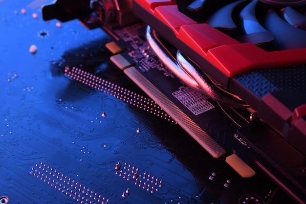 Carte Graphique De Jeu Informatique, Carte Vidéo Avec Deux Refroidisseurs Sur Circuit Imprimé, Carte Mère. Fermer. Avec éclairage Rouge-bleu Photo Premium