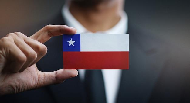 Carte de holding homme d'affaires du drapeau du chili Photo Premium
