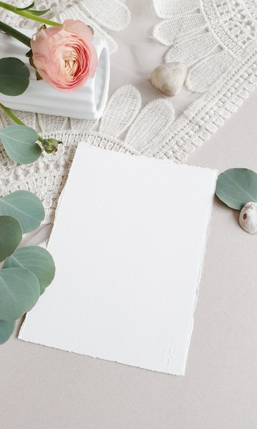 Carte D'invitation De Voeux De Mariage Blanc Vierge Feuilles D'eucalyptus Argenté Branche, Fleur Renoncule Rose Renoncule Rose Sur Fond De Table En Papier Texturé. Modèle Moderne élégant Vue De Dessus Plate Photo Premium