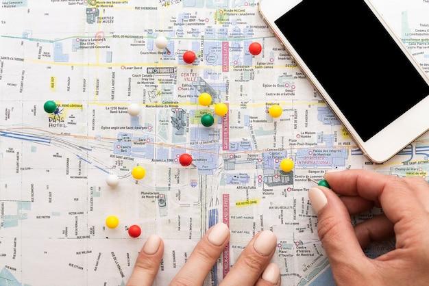 Carte marquée avec des épingles par un touriste Photo gratuit