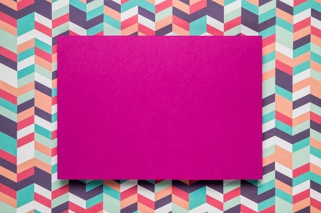 Carte mauve maquette sur fond coloré Photo gratuit