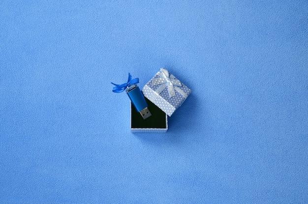 Carte mémoire flash usb bleu brillant avec un arc bleu Photo Premium