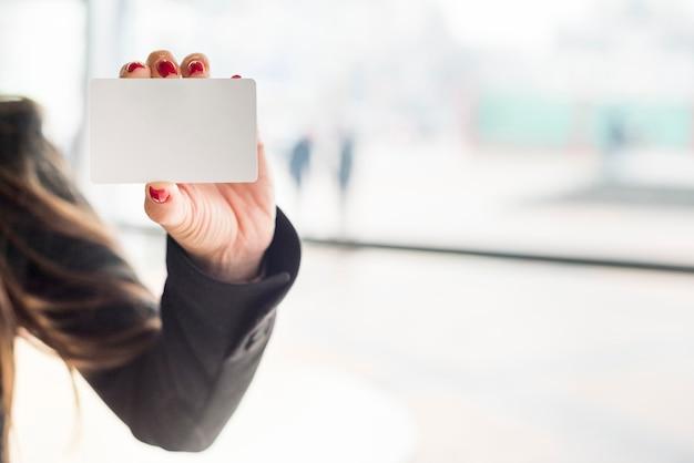 Carte montrant une femme d'affaires brune Photo gratuit