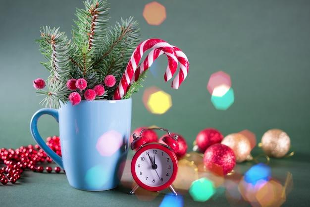 Carte De Noël Ou Du Nouvel An. Coupe Avec Sapins, Cannes De Bonbon Et Horloge Rouge. Photo Premium