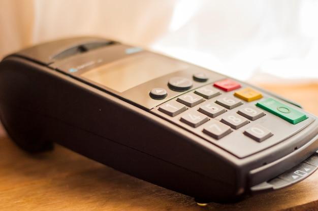 Carte de paiement dans un terminal bancaire. la notion de paiement électronique. comptoir avec terminal en supermarché. terminal de poste sans fil avec carte en attente de broche Photo gratuit