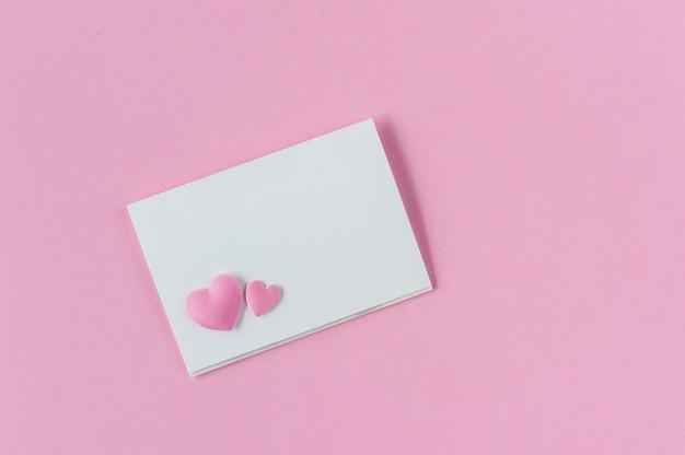 Carte Papier Rose Avec Deux Coeurs. Photo Premium