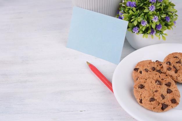Carte de papier vide avec stylo rouge et biscuits Photo Premium