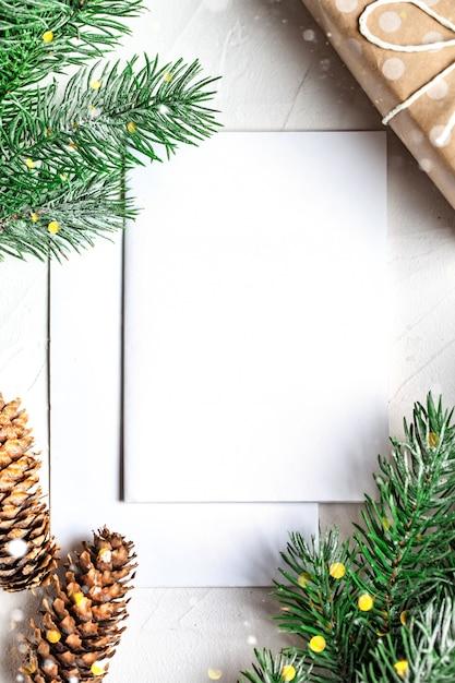 Carte postale et branches d'un arbre de noël Photo Premium