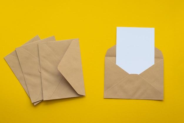 Carte postale. enveloppe en papier kraft brun. Photo Premium