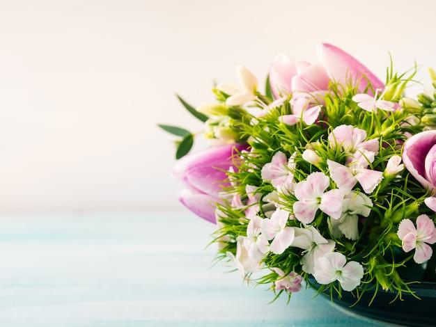Carte pourpre vide fleurs roses tulipes printemps couleur pastel. Photo Premium