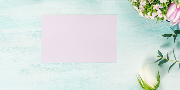 Carte pourpre vide fleurs tulipes roses printemps couleurs pastel Photo Premium