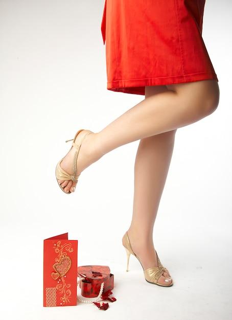 Carte Présente Et Valentine à Côté De Jambes Féminines Sexy Photo Premium
