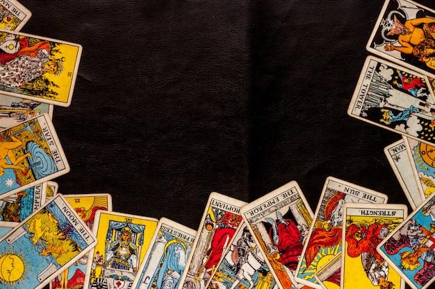 Carte de tarot pour astrologique sur fond noir Photo Premium