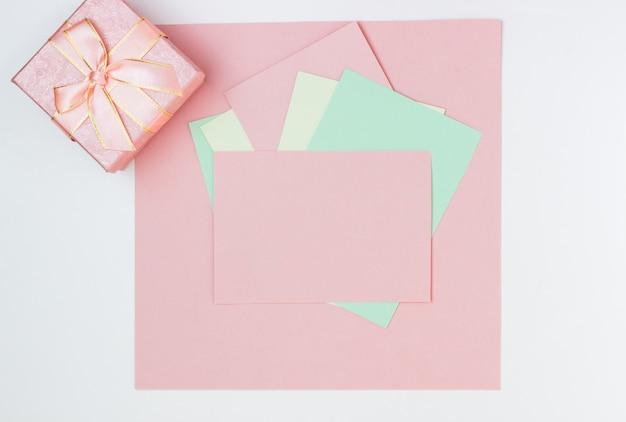 Carte Vide Rose, Feuille Pour L'écriture. Disposition Pour Ajouter Des étiquettes Avec Boîte-cadeau. Vue De Dessus, Mise à Plat, Espace Copie Photo Premium