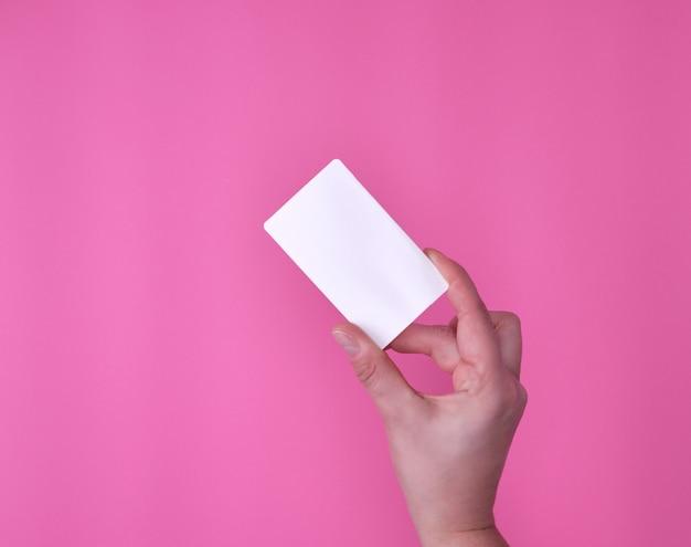 Carte de visite rectangulaire blanche vide dans une main féminine Photo Premium
