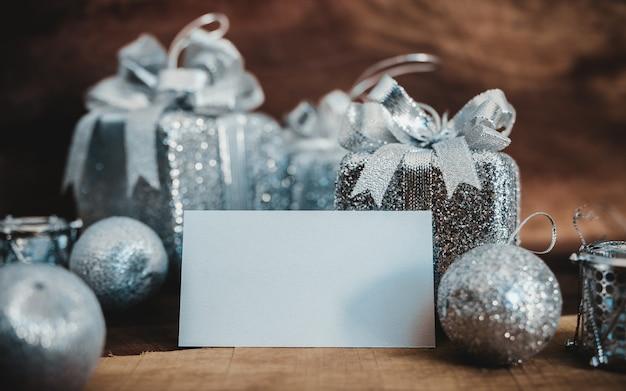 Une Carte De Visite Vide Et Des Coffrets Cadeaux Couleur Argent