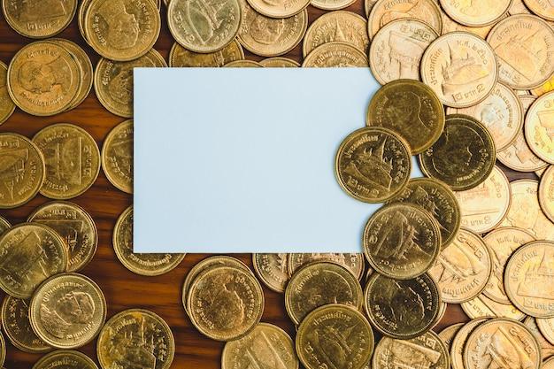Carte de visite vierge ou carte de nom et pile de pièces de monnaie Photo Premium