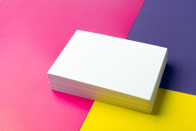 Carte de visite vierge sur papiers colorés Photo Premium