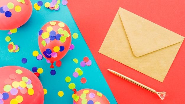 Carte de voeux d'anniversaire avec des confettis Photo gratuit