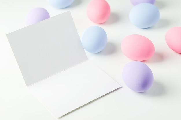 Carte De Voeux Blanche Vierge Avec Des Oeufs De Pâques Pastel Photo Premium