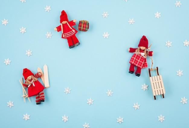 Carte de voeux créative de noël et nouvel an sur fond bleu pastel. Photo Premium