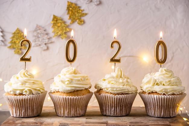 Carte de vœux du nouvel an 2020 avec des lumières et des bougies Photo Premium