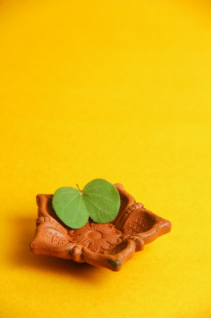 Carte de voeux dussehra, feuille verte et le riz Photo Premium