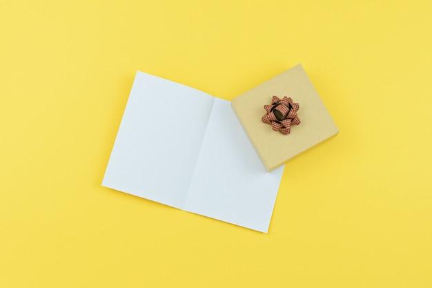 Carte de voeux avec espace de copie et coffret cadeau en jaune Photo Premium
