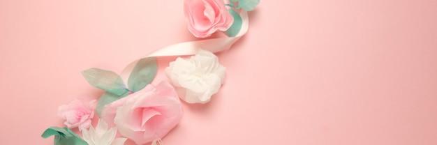 Carte de voeux avec fleurs en papier rose fond de bannière. Photo Premium