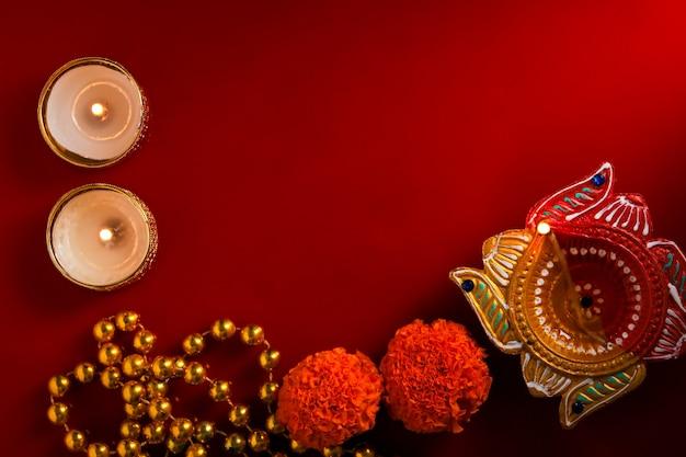 Carte De Voeux Happy Diwali Ou Happy Deepavali Faite à L'aide D'une Photographie De Diya Ou De Lampe à Huile Photo Premium