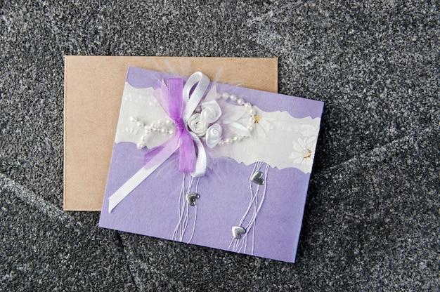 Carte de voeux lilas et blanche sur fond gris Photo Premium
