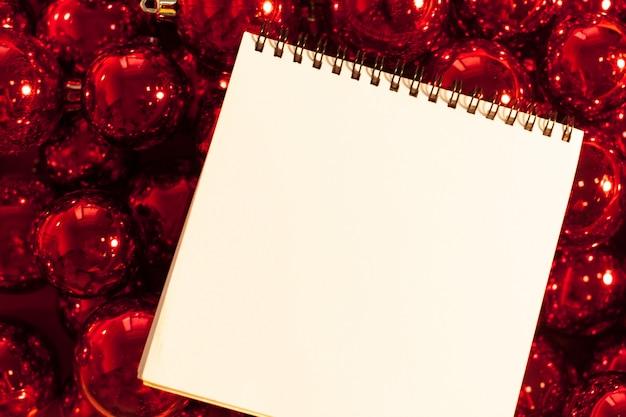 Carte De Voeux Maquette Avec Des Ornements De Noël Photo Premium