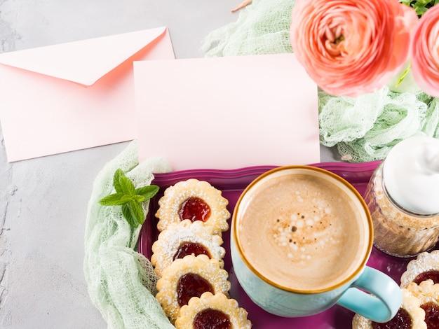 Carte de voeux en papier rose. petit déjeuner festif. saint valentin Photo Premium
