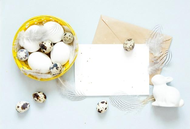 Carte de voeux vierge, enveloppe kraft. oeufs de pâques dans le panier. Photo Premium