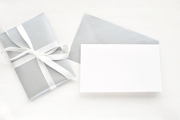 Carte De Voeux Vierge, Invitation Avec Enveloppe Argentée Et Cadeau Pour Noël. Photo Premium