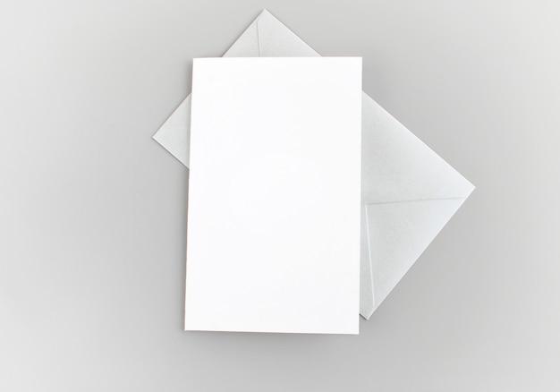 Carte De Voeux Vierge, Invitation Avec Enveloppe Argentée Sur Fond Gris Photo Premium