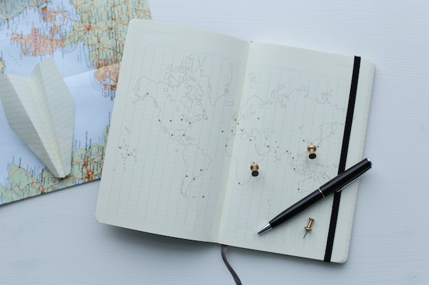 Carte De Voyage, Avion En Papier Et Agenda Photo gratuit