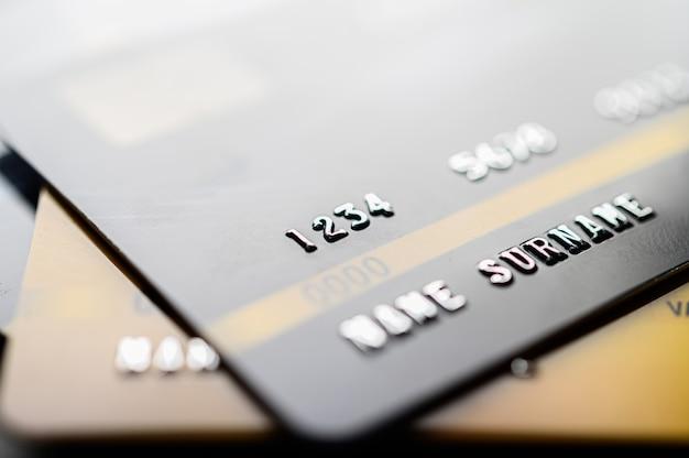 Cartes de crédit empilées sur le sol Photo gratuit