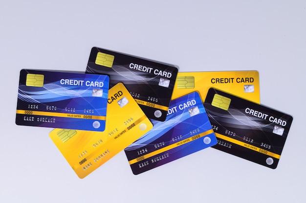 Les Cartes De Crédit Ont été Placées Sur Un Fond Blanc. Photo Premium