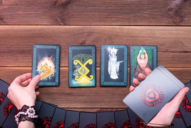 Cartes De Fortune, Cartes Runiques Pour La Bonne Aventure Sur Une Table En Bois. Accessoires De Balayage. Vue D'en-haut. Photo Premium