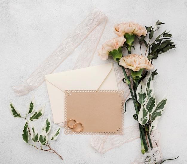 Cartes D'invitation De Mariage Avec Des Fleurs Sur La Table Photo gratuit