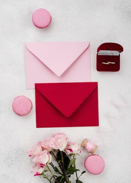 Cartes D'invitation De Mariage Vue De Dessus Avec Des Fleurs Photo gratuit