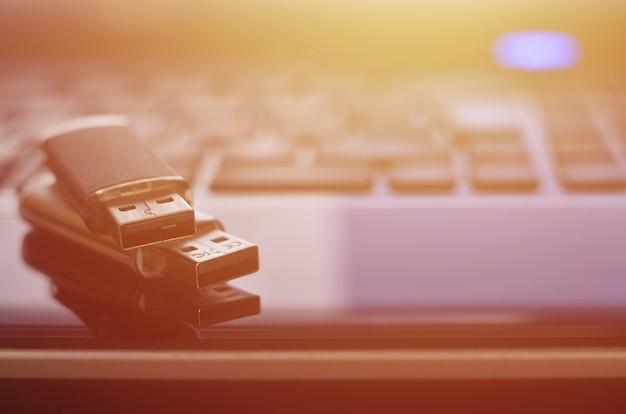 Cartes mémoire sur le clavier de l'ordinateur portable Photo Premium