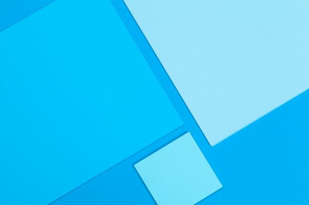 Cartes papiers sur le bleu. vue de dessus, pose à plat, espace de copie Photo Premium