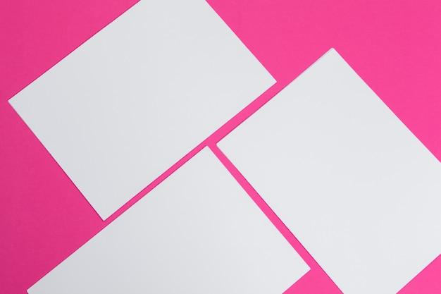 Cartes papiers sur le rose. vue de dessus, pose à plat, espace de copie Photo Premium
